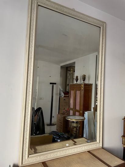 Miroir biseauté dans un encadrement laqué...