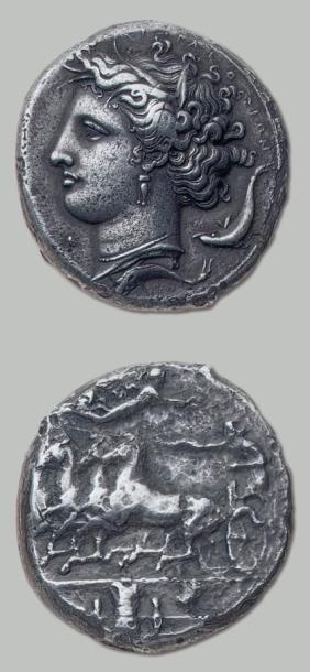 Décadrachme (405-380 av. J.-C.) du type d'Evaïnète. 40,52 g. Tête d'Aréthuse à gauche,...