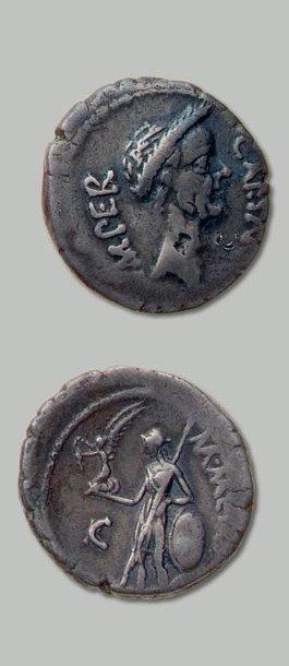 Sa tête laurée à droite. R/ Vénus Nicéphore...