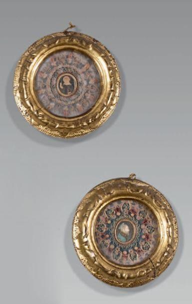 Paire de reliquaires ronds en paperoles polychromes...