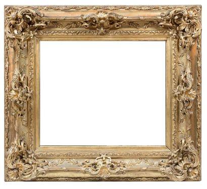 Important cadre en stuc doré à riche décor...