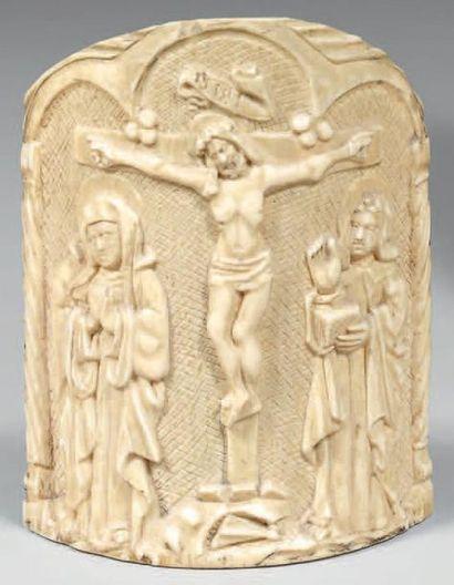 Baiser de paix cintré en ivoire sculpté d'un...