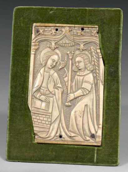 Plaquette en ivoire sculpté en basrelief...
