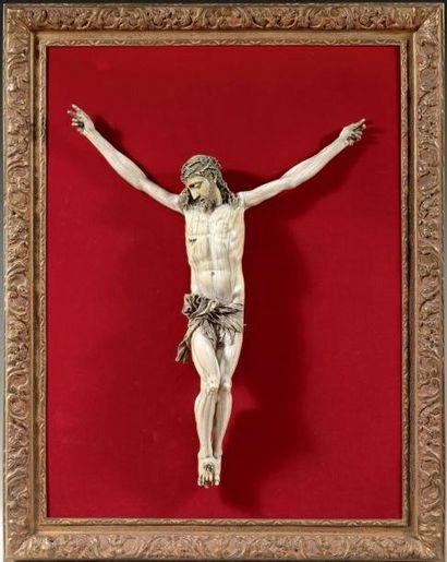 Grand Christ en ivoire finement sculpté,...