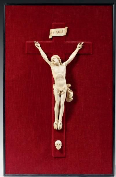 Crucifix en ivoire sculpté, avec titulus...