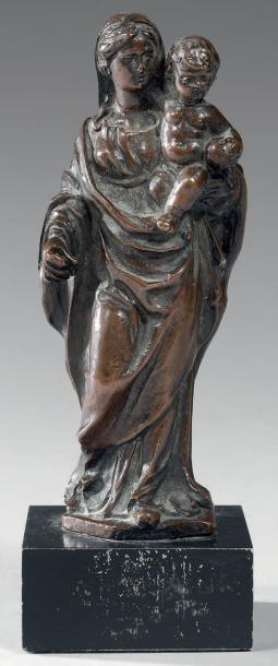 Petite Vierge à l'Enfant en bronze patiné....