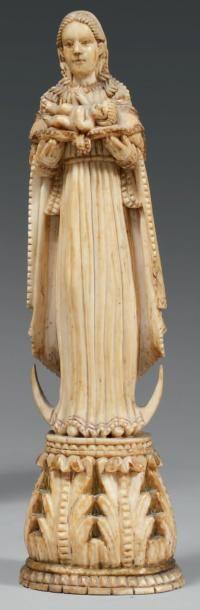 Vierge debout sur un croissant, présentant...