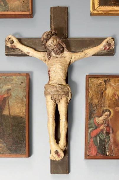 Petit crucifix en bois polychrome. Travail...