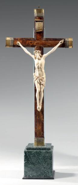 Christ en ivoire sculpté, le périzonium noué....