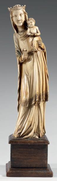 Grande Vierge à l'Enfant en ivoire sculpté....