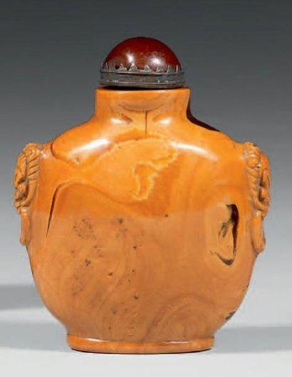 FLACON TABATIÈRE de forme écusson en ambre,...