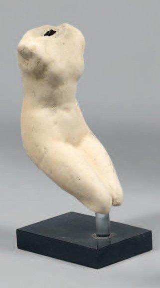 APHRODITE. Fragment d'une statue miniature. Terre cuite blanche moulée. Représentée...