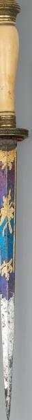 Fine petite dague d'officier de marine. Poignée en ivoire. Monture en laiton doré...
