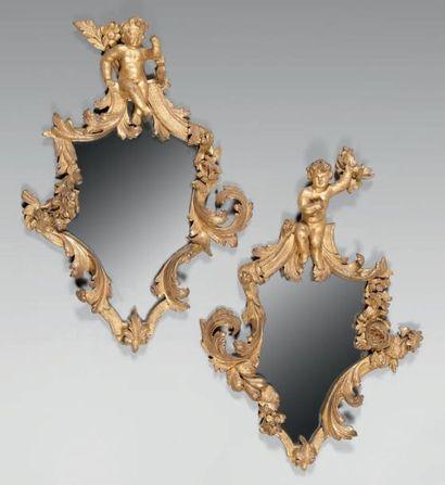 Paire de miroirs de forme violonée dans des...