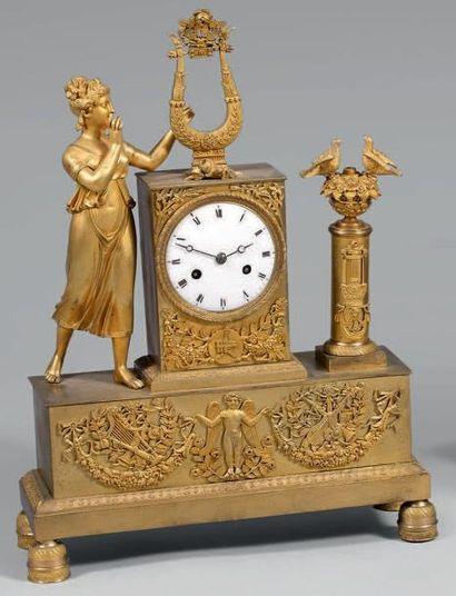 Pendule en bronze doré et ciselé représentant...