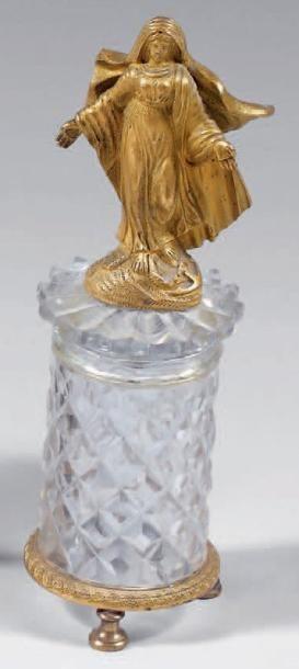 Vierge en bronze doré sur un tertre orné...
