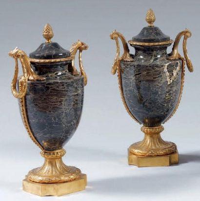 Paire de vases couverts simulés en marbre...