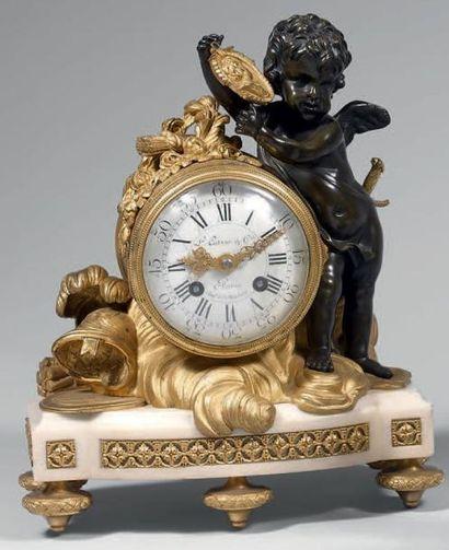 Pendule en bronze doré ornée d'un trophée...
