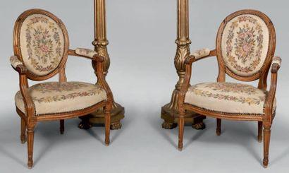 Paire de fauteuils à dossier médaillon cabriolet...