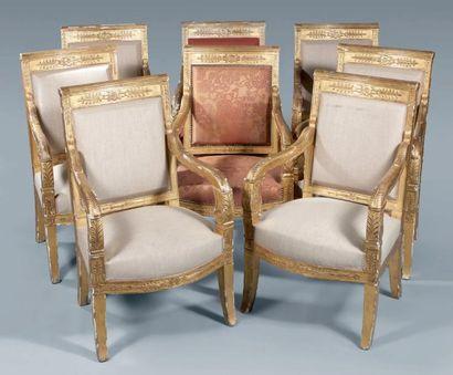 Suite de huit fauteuils d'apparat en hêtre...