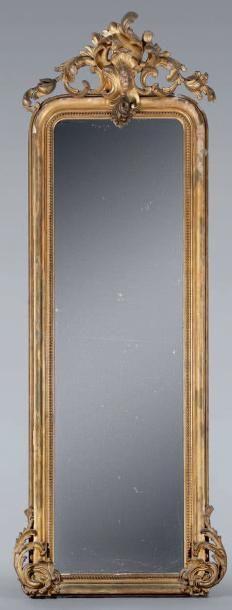 Grand miroir dans un encadrement à fronton...