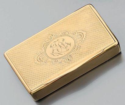 Petite tabatière en or jaune guilloché et...