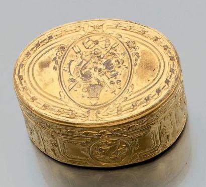 Tabatière ovale en laiton doré décorée de...