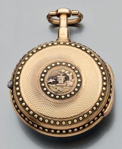 Montre de poche à clef en ors de plusieurs tons présentant un décor de perles et...