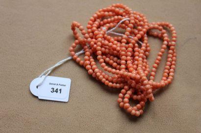 Collier triple rang de perles de corail pâles,...