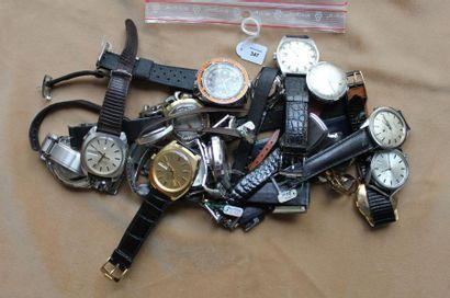 Lot de vingt-deux montres bracelets diverses...