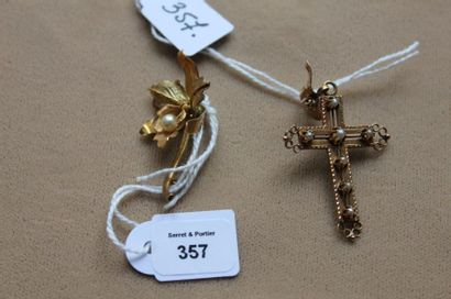 Lot en or jaune comprenant: croix pendentif...