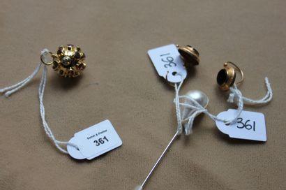 Lot comprenant: pendentif en or serti de...