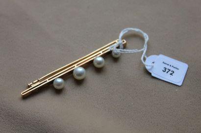 Broche barrette en or jaune appliquée de quatre perles de culture (manque la 5e)....