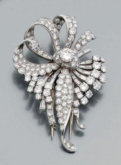 Broche mouvementée pavée de diamants baguettes...