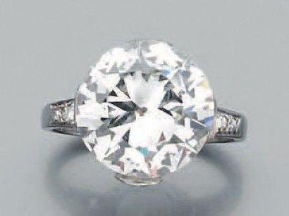 Bague en platine sertie d'un diamant rond...