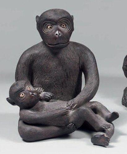 Statuette de singe et son petit, en terre...