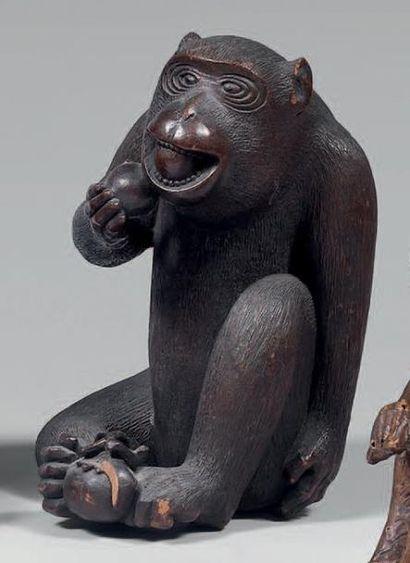 Statuette de singe en bois peint. Signature...