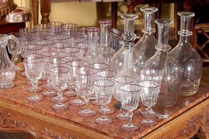 Service de verres à pied en cristal orné...