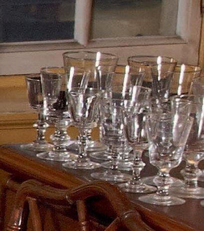 Environ soixante-seize verres à pieds, jambes...