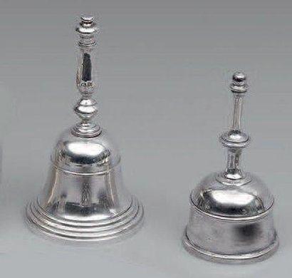 Deux clochettes de table en argent anglais....