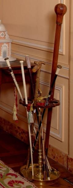 Porte-parapluies en laiton tourné et bois...
