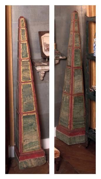 Paire de grands obélisques en bois polychrome....