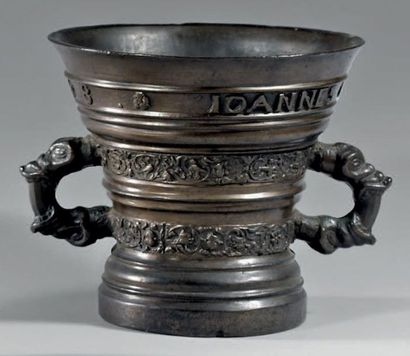 Grand mortier flamand en bronze orné de deux...