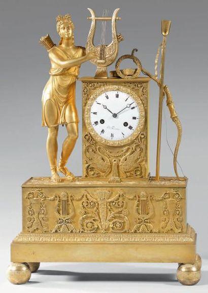 Pendule en bronze doré mat et brillant, ornée...