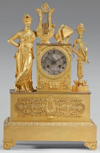 Pendule en bronze doré ornée d'une jeune...