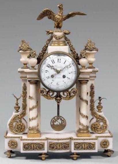Pendule portique à quatre colonnes en marbre...
