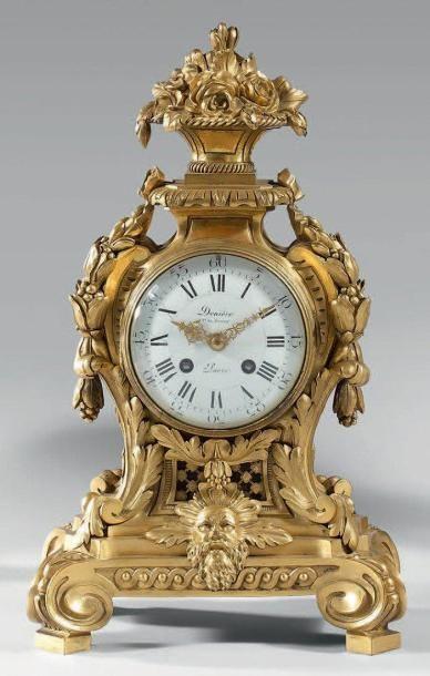 Cartel à poser en bronze doré à riche décor...