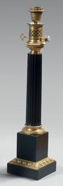 Lampe à huile en forme de colonne cannelée...