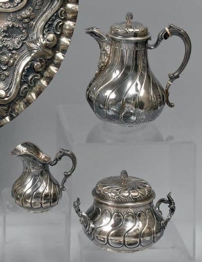 Service à thé en argent ciselé de godrons...