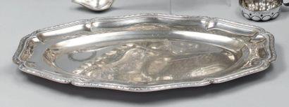 Plat ovale en argent à bords feuillagés....